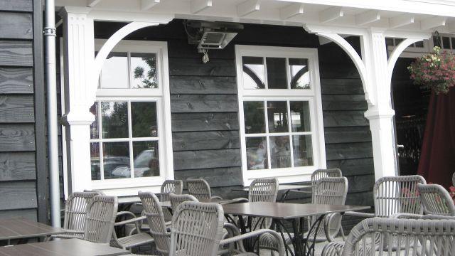 Hellstrahler von Schwank auf einer Restaurantveranda.