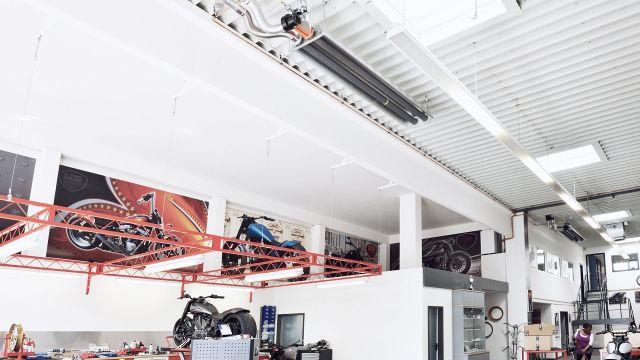 Dunkelstrahler von Schwank an der Decke eines Motorrad Showrooms.