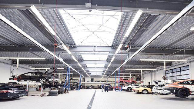 Eine Werkstatt von Porsche und an der Decke mehrere Schwank Dunkelstrahler.